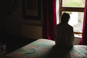 Woman sitting on bedの写真素材 [FYI02237427]
