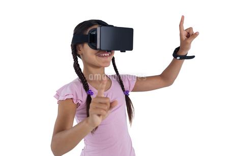 Teenage girl using virtual reality headsetの写真素材 [FYI02237438]