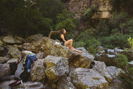 Young woman relaxing on a rockの写真素材 [FYI02237480]