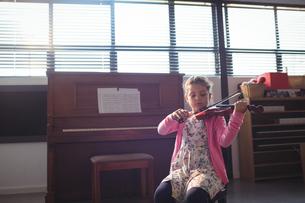 Schoolgirl rehearsing violinの写真素材 [FYI02237510]