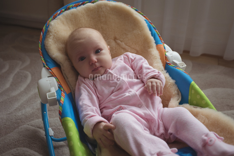 Portrait of cute baby in rocking chairの写真素材 [FYI02237537]