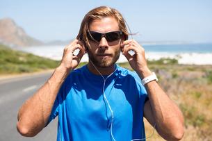 Athlete listening music from headphonesの写真素材 [FYI02237543]