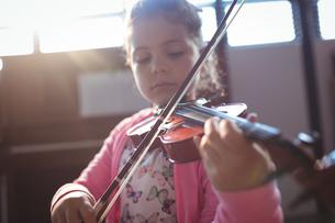 Girl student rehearsing violinの写真素材 [FYI02237590]