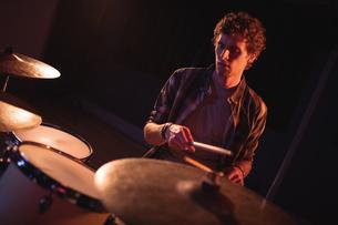 Drummer playing on drum setの写真素材 [FYI02237628]