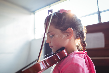 Side view of girl student rehearsing violinの写真素材 [FYI02237700]