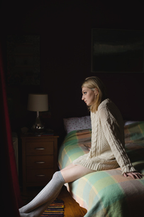 Woman sitting on bedの写真素材 [FYI02237701]