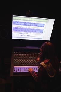 Female audio engineer using sound mixerの写真素材 [FYI02237739]