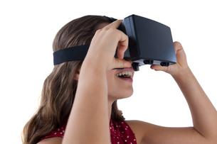 Teenage girl using virtual reality headsetの写真素材 [FYI02237757]