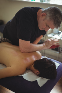 Man receiving massage from therapistの写真素材 [FYI02237839]