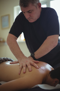 Man receiving massage from therapistの写真素材 [FYI02237927]