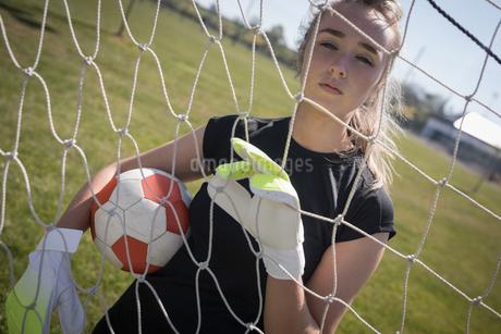 Portrait of woman holding soccer ballの写真素材 [FYI02237933]