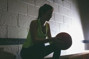 Female player holding basketballの写真素材 [FYI02237943]