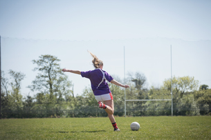 Rear view of young woman playing soccerの写真素材 [FYI02237972]