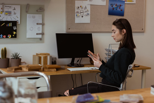 Female executive using digital tablet at deskの写真素材 [FYI02237977]
