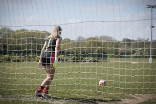 Woman playing soccerの写真素材 [FYI02238058]