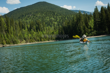 Mid distance view of matrue couple kayaking in lakeの写真素材 [FYI02238098]