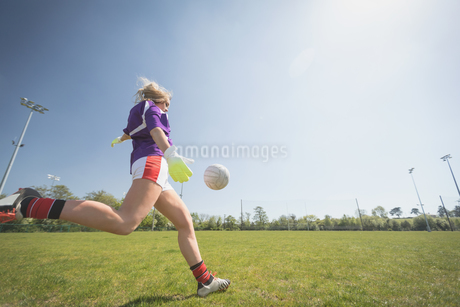 Full length of woman playing soccerの写真素材 [FYI02238102]