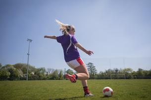 Full length of woman kicking soccer ballの写真素材 [FYI02238125]
