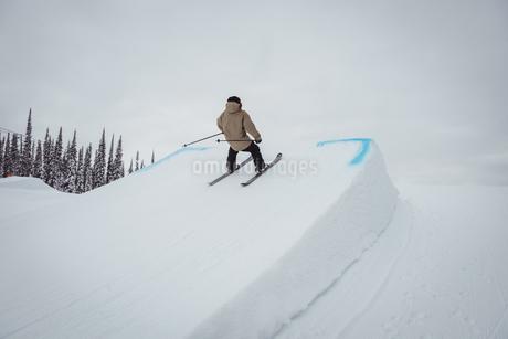 Man skiing on snowy alps in ski resortの写真素材 [FYI02238167]