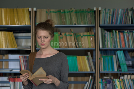 Young female student reading bookの写真素材 [FYI02238297]