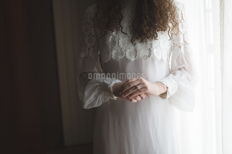Mid-section of bride in wedding ringの写真素材 [FYI02238335]