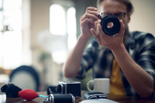 Photographer cleaning camera lensの写真素材 [FYI02238338]