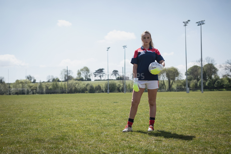 Female goalie standing on fieldの写真素材 [FYI02238340]