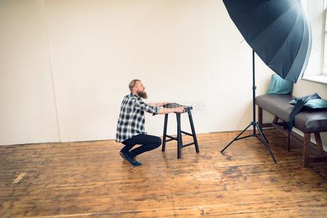 Side view of photographer working in studioの写真素材 [FYI02238390]