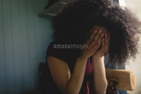 Stressed woman sitting in the bedroomの写真素材 [FYI02238487]