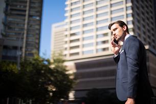 Businessman talking on mobile phoneの写真素材 [FYI02238493]