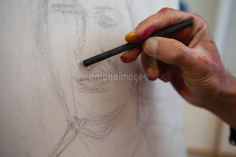 Painter drawing sketch on canvasの写真素材 [FYI02238555]