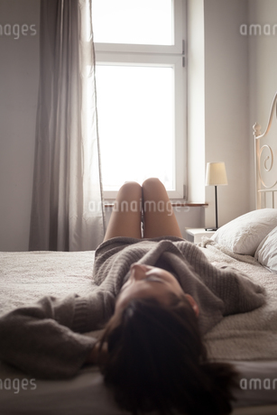 Woman relaxing on bedの写真素材 [FYI02238574]