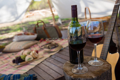 Wineglasses and guitar in tentの写真素材 [FYI02238608]