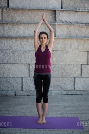 Woman performing yoga in fitness studioの写真素材 [FYI02238659]