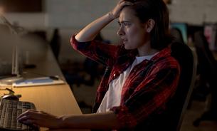 Frustrated executive using desktop pc at deskの写真素材 [FYI02238670]
