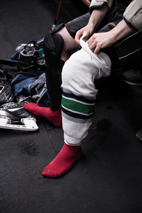 Low section of ice hockey player wearing sockの写真素材 [FYI02238732]