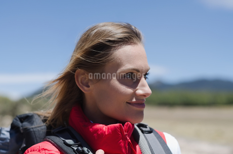Close up of female hiker looking awayの写真素材 [FYI02238762]