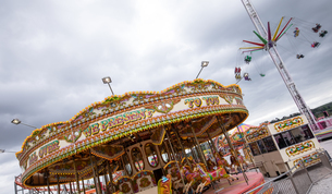 Merry-go-round and swing ride in amusement parkの写真素材 [FYI02238815]
