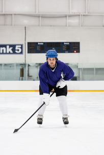 Portrait of player playing ice hockey at rinkの写真素材 [FYI02238856]