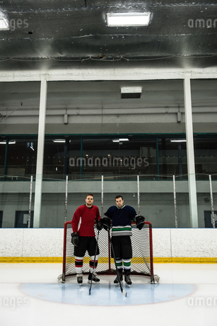 Ice hockey players standing by goal postの写真素材 [FYI02238861]