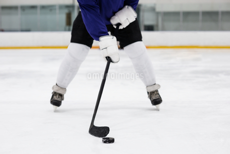 Low section of player playing ice hockey at rinkの写真素材 [FYI02238864]