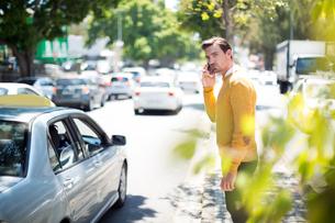 Man talking on mobile phoneの写真素材 [FYI02238868]