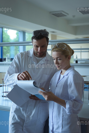 University students discussing reports in laboratoryの写真素材 [FYI02238888]