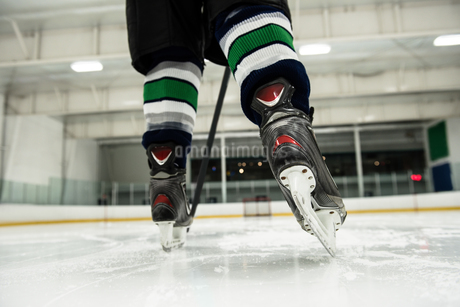 Low section of player playing ice hockeyの写真素材 [FYI02238911]