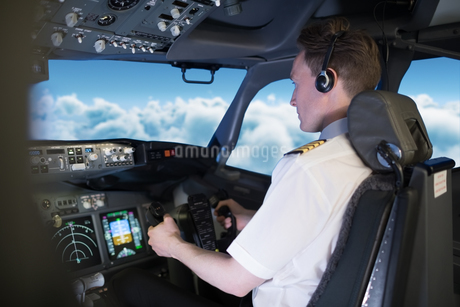 Young male pilot flying air vehicleの写真素材 [FYI02239007]