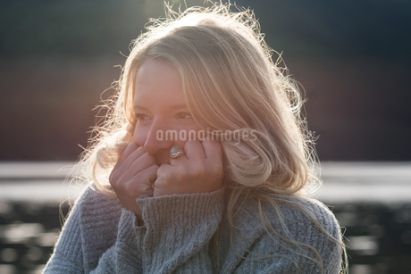 Young woman covering face with t-shirtの写真素材 [FYI02239087]