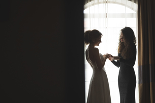 Bride showing wedding ring to bridesmaidの写真素材 [FYI02239120]