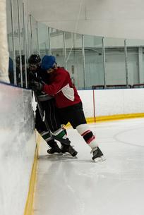 Full length of ice hockey players playingの写真素材 [FYI02239143]