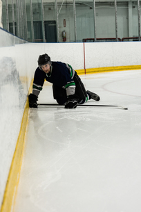 Male player playing ice hockeyの写真素材 [FYI02239176]
