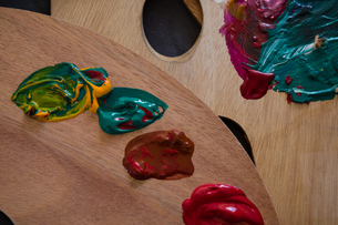 Close up of paint on wooden color paletteの写真素材 [FYI02239180]
